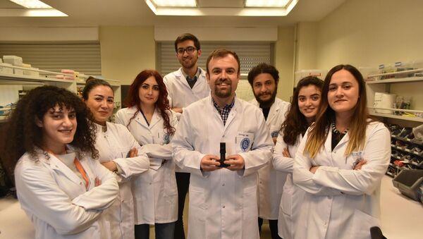 İzmir Biyotıp ve Genom Merkezi'nde görevli bilim insanları, halk arasında 'domuz gribi' olarak bilinen H1N1 virüsünün 5 dakikada tespit edilebileceği, taşınabilir cihaz geliştirdi.  - Sputnik Türkiye