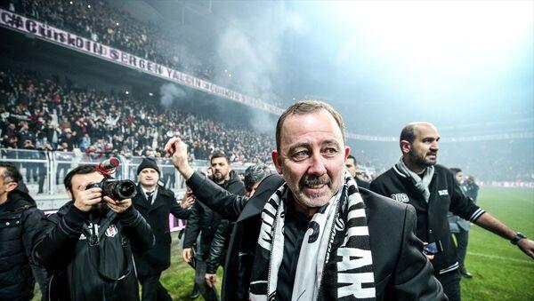 Beşiktaş Kulübü, yeni teknik direktörüSergenYalçın'a 1.5 yıllık sözleşme imzalattı.  Vodafone Park'taki törene 20 bin taraftar katıldı. - Sputnik Türkiye