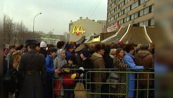 Beş bin kişilik kuyruk: 31 Ocak 1990'da Rusya'nın ilk McDonalds restoranı açıldı - Sputnik Türkiye
