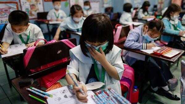 Filipinler'de Çinlilere eğitim veren okulda öğrenciler maske takarak derslere katılıyor.  - Sputnik Türkiye