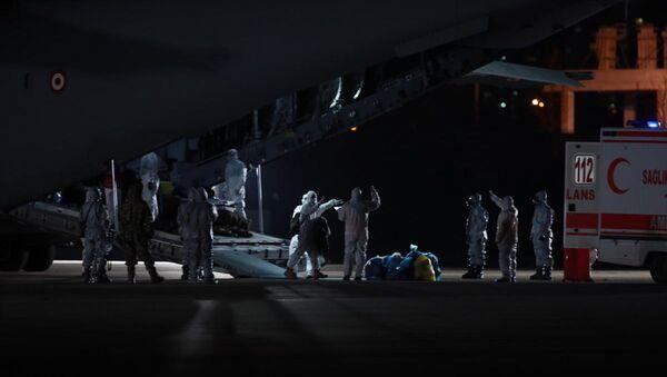 Yeni tip koronavirüs salgınının yaşandığı Çin'in Vuhan kentindeki, 32'si Türk 42 kişiyi taşıyan uçak, Ankara'ya geldi - Sputnik Türkiye