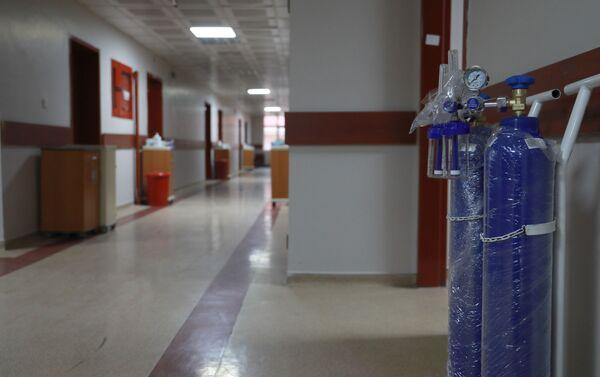 Hastanede çalışan sağlık personeli de maske, dezenfektan, önlük, gözlük gibi malzemelerle emniyete alınacak. - Sputnik Türkiye