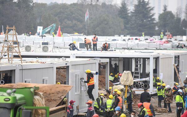 23 Ocak'ta başlanan Huoshenshan Hastanesi inşaatında, 7 bin kişi neredeyse aralıksız çalıştı. - Sputnik Türkiye