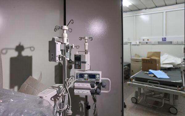 60 bin metrekare büyüklüğündeki hastanenin yaklaşık yarısı izolasyon ünitesinden oluşuyor ve 30 yoğun bakım ünitesi bulunuyor.  - Sputnik Türkiye