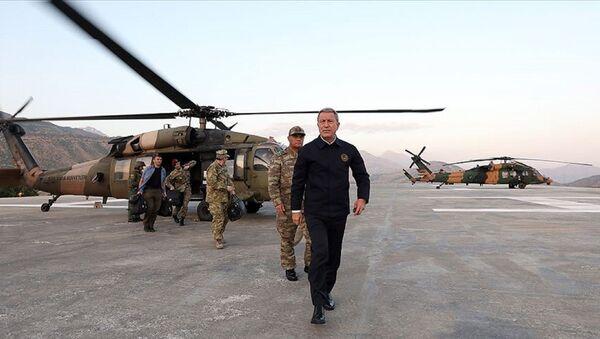 Milli Savunma Bakanı Hulusi Akar, Karargah'ta yapılan kısa durum değerlendirmesinin ardından, TSK'nin komuta kademesiyle Suriye sınırına gitti. - Sputnik Türkiye