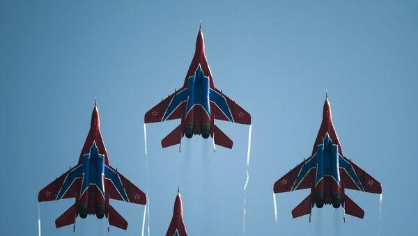 Rus hava akrobasi gruplarına ait uçaklar hava gösterisi sırasında. - Sputnik Türkiye