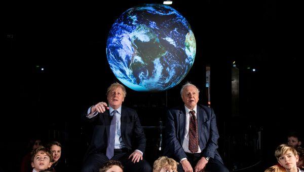 Boris Johnson kasımda Glasgow'da düzenlenecek COP 26 ile ilgili stratejisini David Attenborough eşliğinde Londra'daki Bilim Müzesi'nde açıkladı. - Sputnik Türkiye