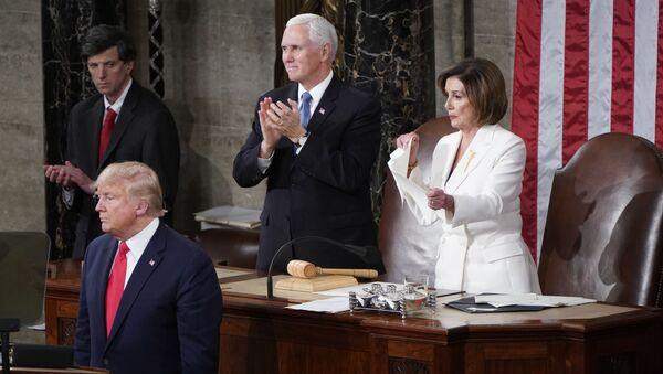 Trump'ın konuşması sırasında arkasında Başkan Yardımcısı Mike Pence ve Temsilciler Meclisi Başkanı Nancy Pelosi yer aldı.  Pelosi'nin Trump'ın konuşma metninin kopyasını yırtıp atması da kameralara yansıdı. - Sputnik Türkiye