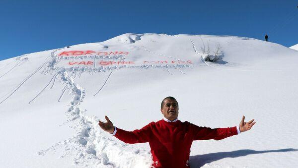Hakkari'nin Demirtaş köyündeki 2 bin 800 rakımlı karla kaplı dağa çıkan Aydın, köylülerle birlikte okuduğu şarkının klibinde kuru otlarla üzerini kamufle edip, yer yer 1,5 metreyi bulan karda yürüdü. - Sputnik Türkiye