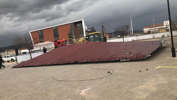 Manisa'da okul kantinin çatısı uçtu - Sputnik Türkiye