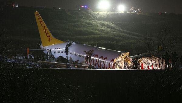 Sabiha Gökçen Havalimanı'na iniş yapan bir uçak pistten çıktı. Olay yerine çok sayıda itfaiye ve sağlık ekibi sevk edildi. - Sputnik Türkiye