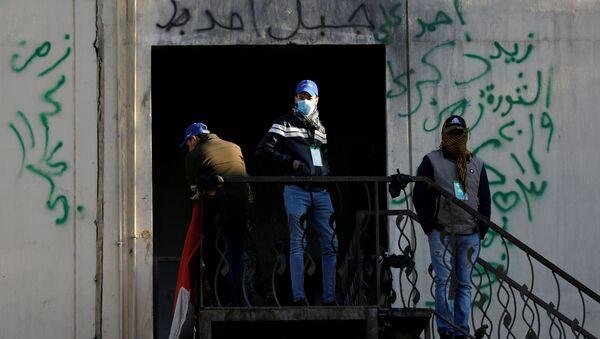 Irak'ta protestocuları korumaları ve gösteri alanlarında güvenliği sağlamaları için kurulan 'Mavi Şapkalılar' adlı grup üyeleri - Sputnik Türkiye