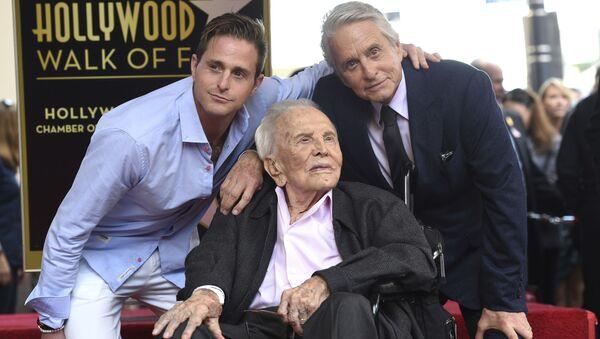 Oyuncu Michael Douglas (sağ), babası Kirk Douglas (orta) ve oğlu Cameron Douglas (sol) ile birlikte - Sputnik Türkiye