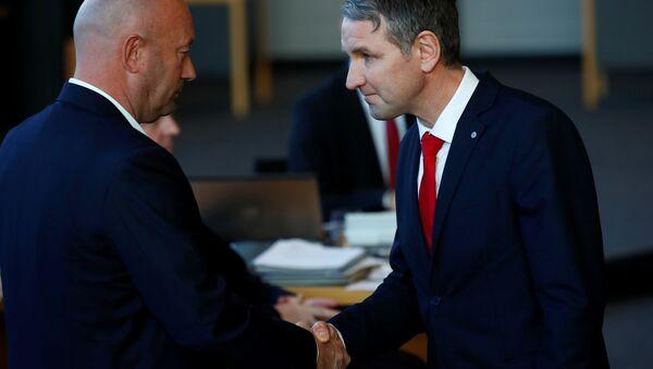 Erfurt'taki parlamentoda FDP'li Thomas Kemmerich Thüringen eyalet başbakanı seçilmesinin ardından AfD lideri Björn Höcke (sağda) ile el sıkışırken  - Sputnik Türkiye