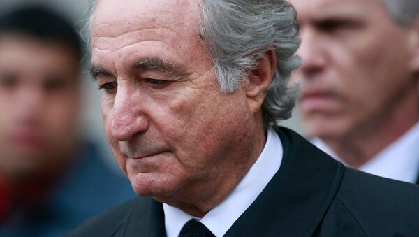 Bernard Madoff, Mart 2009'da New York'taki Manhattan Federal Mahkemesi'nden çıkarken - Sputnik Türkiye