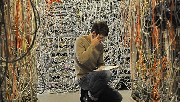 engineer checks network telecommunication cables - Sputnik Türkiye