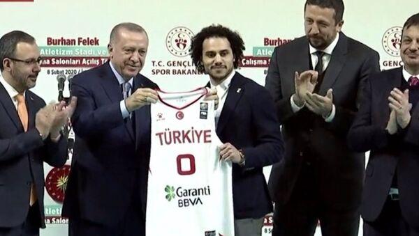 Erdoğan'dan Shane Larkin'e Türk milli takım forması - Sputnik Türkiye