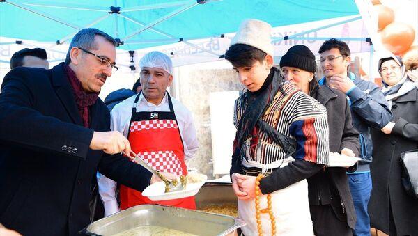 'Tirşik çorbası', Kahramanmaraş'ta yaklaşık 5 bin kişiye davullu zurnalı şölenle dağıtıldı. - Sputnik Türkiye