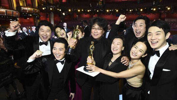Oscar'a altı dalda aday olan Parazit; En İyi Film, En İyi Yönetmen (Bong Joon-ho), En İyi Uluslararası Film ve En İyi Orijinal Senaryo dallarında ödüle layık görüldü. Parazit, ilk kez orijinal dili İngilizce olmayan bir filmin En İyi Film seçilmesiyle Oscar tarihine geçti. Ayrıca Oscar kazanan ilk Güney Kore filmi oldu. - Sputnik Türkiye