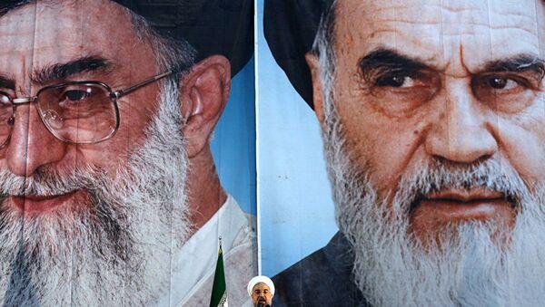Ruhani, Hamaney ile Humeyni posterleri önünde konuşurken - Sputnik Türkiye