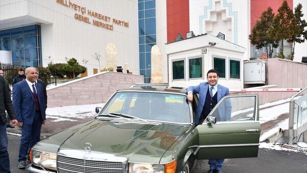 MHP Genel Başkanı Devlet Bahçeli, klasik otomobillerinden birini Harran Belediye Başkanı Mahmut Özyavuz'a hediye etti. - Sputnik Türkiye