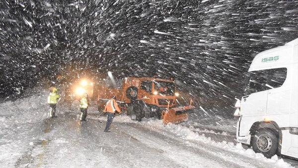 Trabzon Gümüşhane kara yolu Zigana Dağı mevkisinde çığ düştü - Sputnik Türkiye