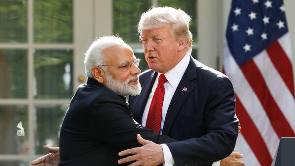 ABD Başkanı Donald Trump, Hindistan BaşbakanıNarendra Modi'yi Beyaz Saray'da ağırladığı sırada kucaklarken  - Sputnik Türkiye