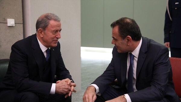 Milli Savunma Bakanı Hulusi Akar (solda), NATO Savunma Bakanları Toplantısı kapsamında geldiği NATO Karargahı'nda Yunanistan Savunma Bakanı Nikos Panagiotopoulos ile bir araya geldi. - Sputnik Türkiye