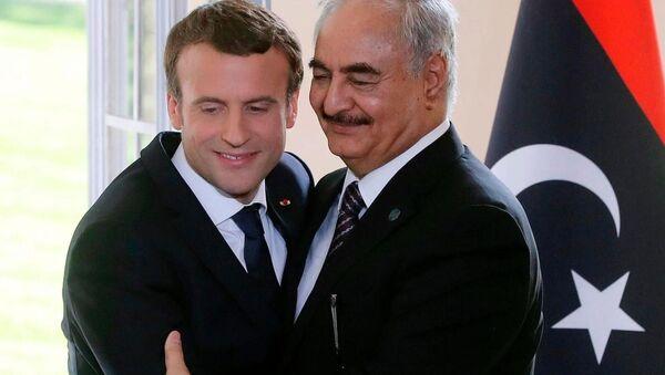 Fransa Cumhurbaşkanı Emmanuel Macron ve Libya Ulusal Ordusu lideri Halife Hafter - Sputnik Türkiye