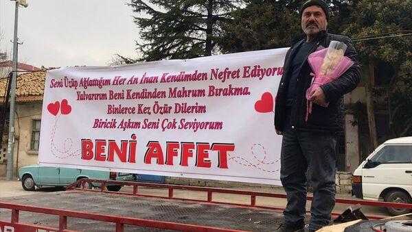 Burdur'da karısının iş yerinin önünde pankart açan koca, eşinin şikayeti üzerine emniyete götürüldü. - Sputnik Türkiye
