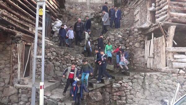 Artvin'in Yusufeli ilçesindeki Dereiçi İlkokulu'nda eğitim gören 94 öğrenci, okula ulaşmak için her gün 384 basamaklı merdiveni inip, çıkıyor - Sputnik Türkiye