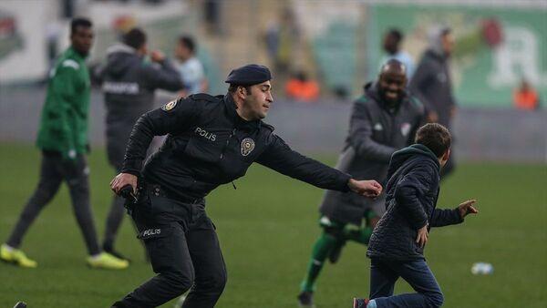 TFF 1. Lig'in 22. haftasında Bursaspor'un Adana Demirspor'u 2-1 yendiği maçın ardından sahaya giren ve polisi peşinden koşturan Bursasporlu küçük taraftarı, futbolculardan Traore yakaladı - Sputnik Türkiye