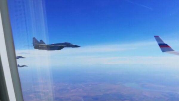 Rusya Savunma Bakanı Şoygu'nun uçağına Sırp uçakları eşlik etti - Sputnik Türkiye