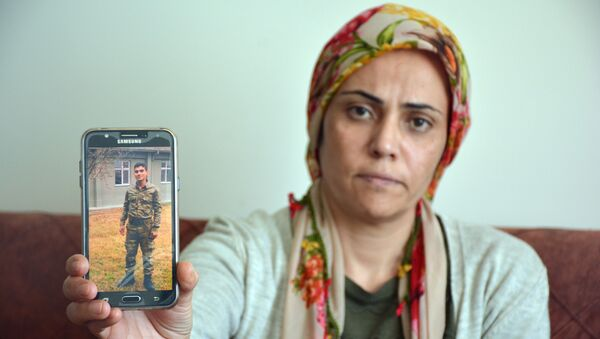 İzmir'in Torbalı ilçesinde ikamet eden bir genç, iddialara göre vatani görevini yapmak için gittiği Ankara'da kayboldu. Teskeresine 38 gün kaybolan 20 yaşındaki gencin ailesi çocuklarından gelecek güzel haberi bekliyor. - Sputnik Türkiye