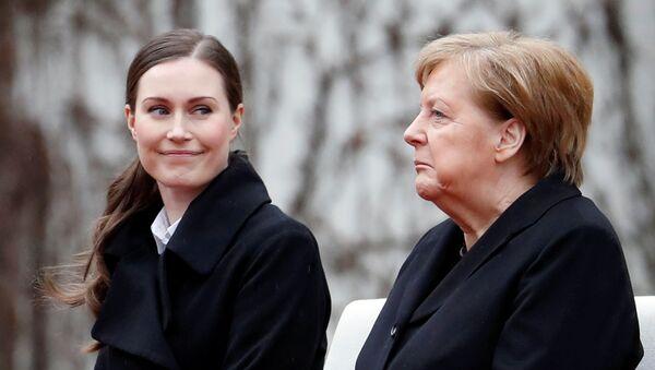 Şansölye Angela Merkel'den Berlin'de ağırladığı Finlandiya Başbakanı Sanna Marin'i (solda) güldüren bir mimik - Sputnik Türkiye