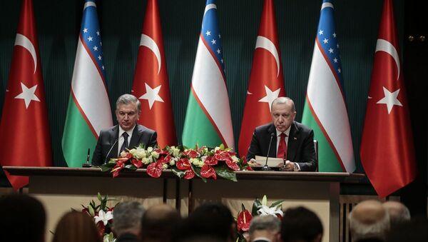 Türkiye Cumhurbaşkanı Recep Tayyip Erdoğan ve Özbekistan Cumhurbaşkanı Şevket Mirziyoyev, baş başa ve heyetlerarası görüşmenin ardından ortak basın toplantısı düzenledi. - Sputnik Türkiye