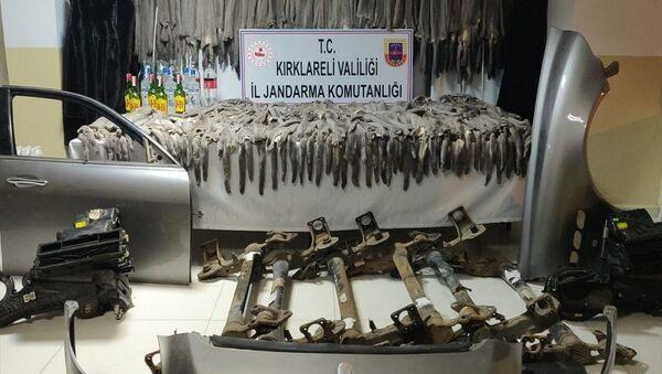 Bulgaristan'dan gelen otobüste 472 adet vizon postu, kürk manto, kaçak içki çıktı - Sputnik Türkiye