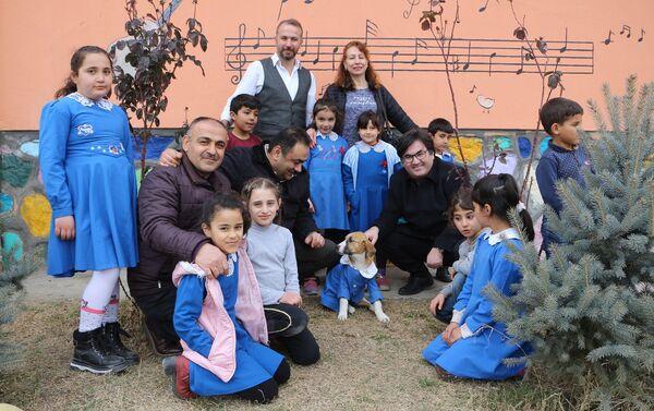 Tokat Turhal'da, bir köy okulunda öğretmen ve öğrenciler tarafından beslenen 'Fındık' isimli köpeğin öğrenci önlüğü giydirilerek çekilen fotoğrafları, dün sosyal medyada beğeni ve paylaşım rekoru kırmıştı. - Sputnik Türkiye