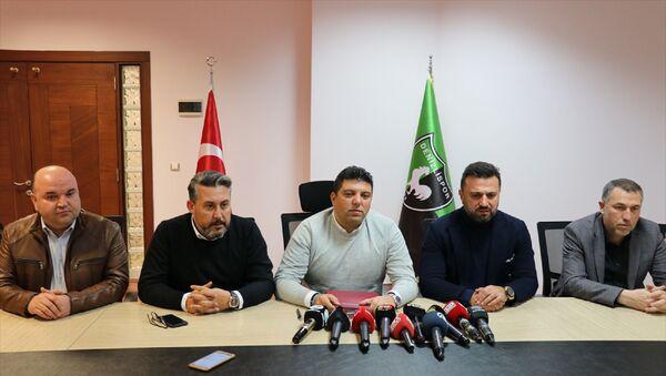 Süper Lig ekiplerinden Yukatel Denizlispor, anlaşmaya vardığı teknik direktör Bülent Uygun için Haluk Ulusoy tesislerinde imza töreni düzenlendi. Teknik direktör Uygun, yeşil-siyahlı kulübün başkan yardımcısı Kaan Şanlıkan'ın da (solda) katıldığı törende sezon sonuna kadar sözleşme imzaladı. - Sputnik Türkiye