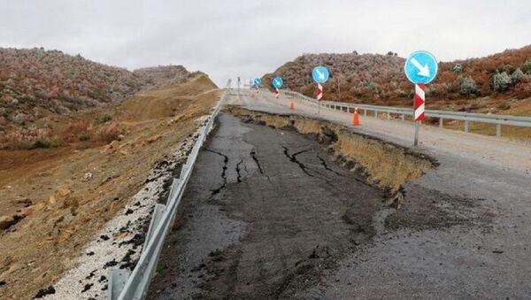 Afyonkarahisar'da yağış nedeniyle yol çöktü - Sputnik Türkiye