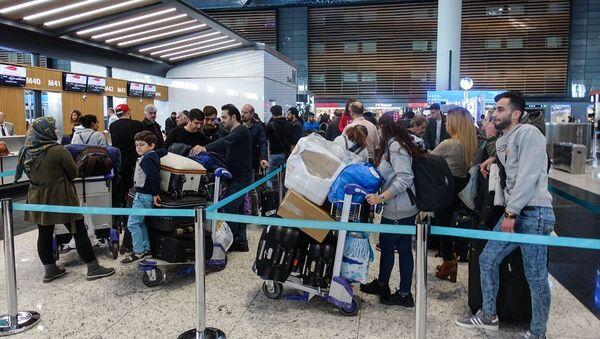Bazı İranlı yolcular, Sağlık Bakanlığının İran'dan Türkiye'ye yapılan seferlerin saat 20.00 itibariyle geçici olarak durdurulması kararını İstanbul Havalimanında öğrendi. - Sputnik Türkiye