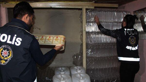 Fatih'te başka bir konuyla ilgilenen polis memuru, aldığı kokuyu takip edince sahte içki imalathanesini buldu - Sputnik Türkiye