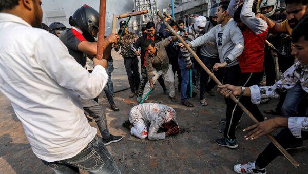 Hindistan basınındaki haberlere göre, başkentin kuzeydoğu bölgelerinde 3 gündür devam eden vatandaşlık yasası karşıtı gösterilerde biri emniyet amiri 13 kişi hayatını kaybetti. - Sputnik Türkiye