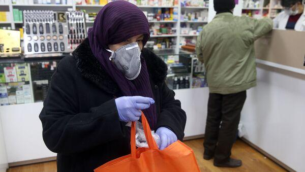 İran başkenti Tahran'da koronavirüse karşı maske takılarak eczanede alışveriş yapılıyor. - Sputnik Türkiye
