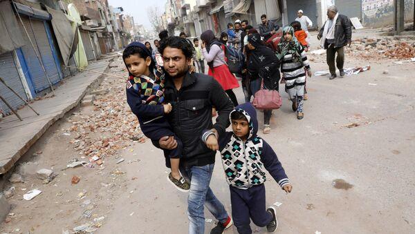 Yeni Delhi'nin Hindu nüfusun çoğunlukta olduğu bir semtini çatışmaların ardından terk eden Müslüman aileler - Sputnik Türkiye