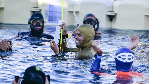 Rus Molçanov, tek nefeste buz altında yüzme rekoru kırdı - Sputnik Türkiye