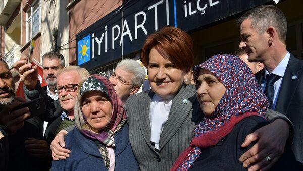 Programları kapsamında Balıkesir'in Sındırgı ilçesine gelen İYİ Parti Genel Başkanı Meral Akşener, esnafı ziyaret etti. Akşener, vatandaşlarla bir araya gelerek sohbet etti. - Sputnik Türkiye