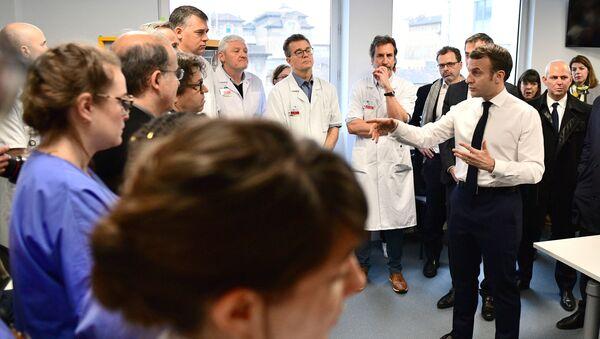 Emmanuel Macron, Paris'teki Pitie-Salpetriere Hastanesi'nde doktorlara hitap ederken - Sputnik Türkiye