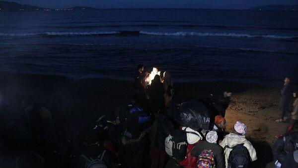 İzmir'de düzensiz göçmen hareketliliği arttı. Dün geceden bu yana Yunan adalarına geçmek isteyen düzensiz göçmenler, Ege'deki sahil bölgelerine hareket etti. - Sputnik Türkiye