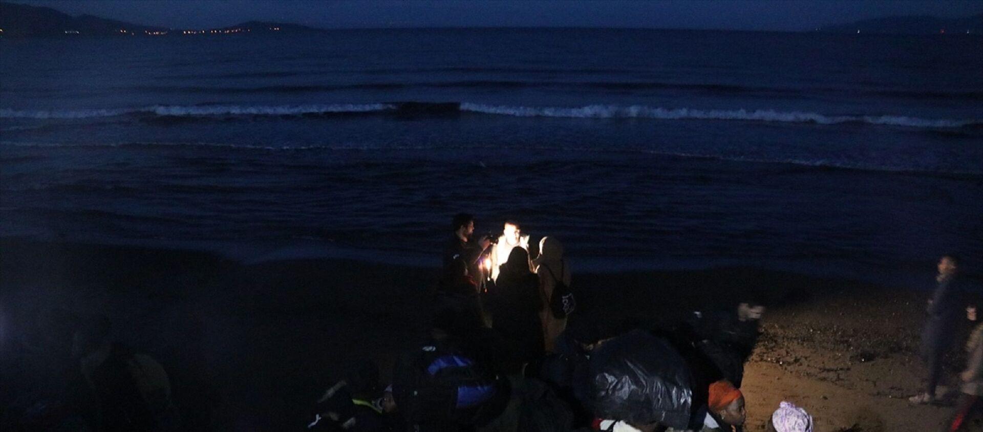 İzmir'de düzensiz göçmen hareketliliği arttı. Dün geceden bu yana Yunan adalarına geçmek isteyen düzensiz göçmenler, Ege'deki sahil bölgelerine hareket etti. - Sputnik Türkiye, 1920, 14.06.2021